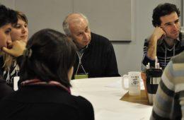 Bernard Descôteaux, directeur du journal Le Devoir, a commenté les questionnements des jeunes. - Photo: N.Falcimaigne