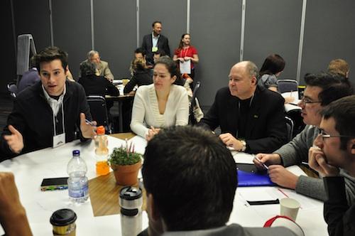 Accompagnés par plusieurs mentors, dont Yvon Bolduc et Jacques Ménard, les jeunes ont cherché des solutions de développement économique pour le Québec. - Photo: N.Falcimaigne