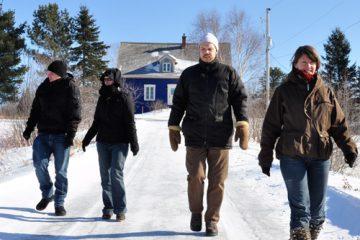 Les membres fondateurs marchent d'un pas décidé, devant le siège social de la Coopérative de journalisme indépendant. Photo: N.Falcimaigne