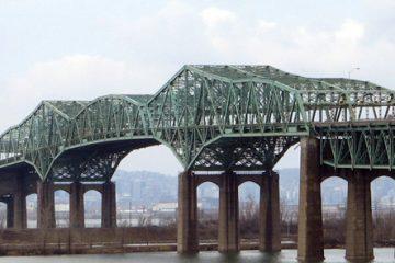 Le pont Champlain est le plus achalandé au Canada, avec 59,4 millions de véhicules par année, dont 8 % sont des camions, qui y transportent des marchandises totalisant 20 milliards $. – Photo : Tobie Charette*