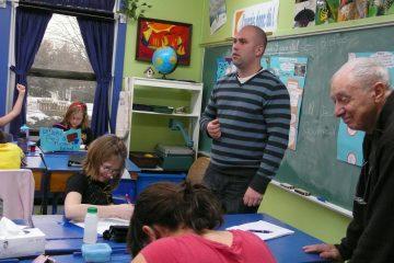 La classe de Dominique Leduc, à McMasterville, a servi de laboratoire au réalisateur Fernand Dansereau (à droite). Photo: Sylvie Lapointe, ONF