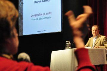 Loin d'être pressés d'aller suivre la soirée électorale, les participants et les participantes ont longuement échangé avec Hervé Kempf. - Photo : N.Falcimaigne