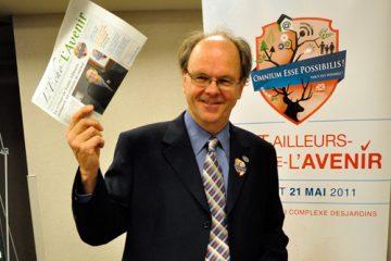 Paul-Albert Brousseau, garagiste et maire de Saint-Ailleurs-de-l'Avenir, a présenté L'Écho de L'Avenir à la presse. Photo: N.Falcimaigne