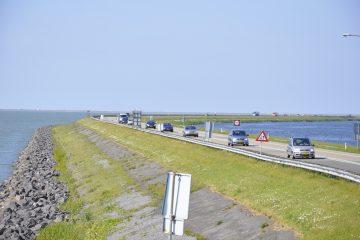 La digue qui relie Lelystad à Enkhuizen divise en deux la mer intérieure, Zuiderzee, et constitue un axe routier important entre l'Est et l'Ouest des Pays-Bas. Photo: N.Falcimaigne