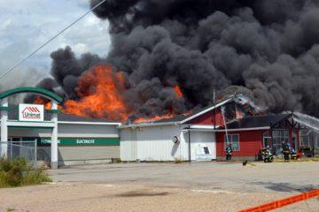 « C'est avec inquiétude que les quinze employés de l'épicerie et les huit de la quincaillerie ont regardé leur lieu de travail être la proie des flammes. De nombreuses questions les ont envahies. Vais-je ravoir un emploi ? Reconstruira-t-on ? », illustre la directrice générale, Johanne Dallaire. Photo: MC.Parent