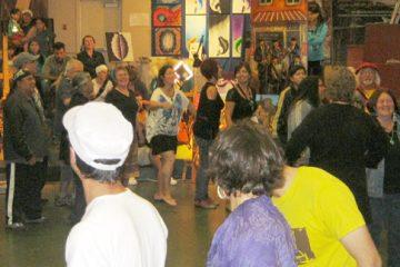 Sur la musique de Claude McKenzie, le public s'est levé spontanément pour danser en rond, ensemble. Photo: C.Gilliet