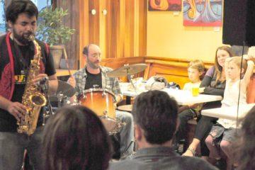 Le groupe Osmündazz a rejoint petits et grands dans un café bondé à Rimouski.. Photo: N.Falcimaigne