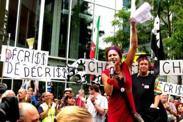 Marie-Ève Rancourt, porte-parole des services sociaux et des opposants à la privatisation, s'adresse aux manifestants. Photo: V.Hébert