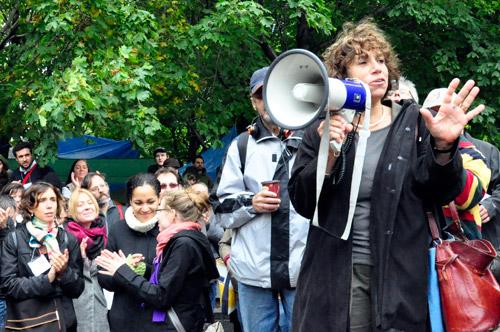 Nancy Neamtan, présidente-directrice générale du Chantier de l'économie sociale du Québec, a adressé aux occupants du Square Victoria un vibrant message de solidarité. Photo: N.Falcimaigne
