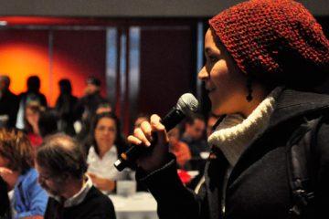 Carminda Mac Lorin a pris le micro pour exprimer sa reconnaissance envers les congressistes du FIESS qui ont exprimé mardi leur soutien aux « 99 % ». Photo: N.Falcimaigne