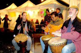Des participants à la 22e Nuit des sans-abri animent la foule au son de leurs tam-tams. Photo: V.Hébert