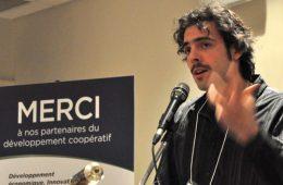 Simon-Olivier Côté, président et co-fondateur de la Coop V.E.R.T.E., est venu dire aux nombreux jeunes présents qu'il y a moyen de s'impliquer pour avoir une expérience de travail qui rejoint leurs valeurs. Photo: N.Falcimaigne