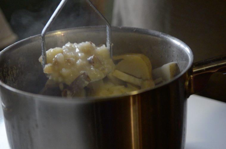 Vraies patates pilées préparées sur la sécheuse qui sert de comptoir. - Photo: Émilien Falcimaigne